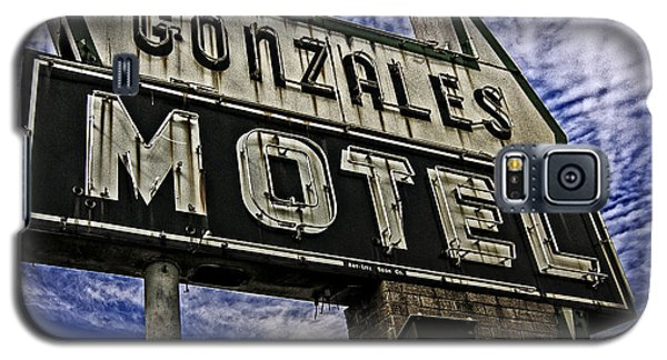 Galaxy S5 Case featuring the photograph Gonzales Motel In Color by Andy Crawford