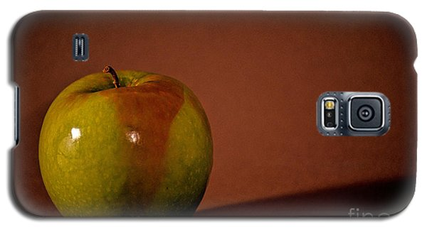 Galaxy S5 Case featuring the photograph Granny Smith by Sharon Elliott
