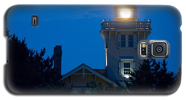 Galaxy S5 Case featuring the photograph Hereford Inlet Lighthouse At Dusk by Greg Graham