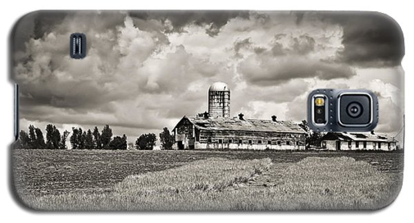 Hilltop Barn Under Storm Clouds 2 Bw Galaxy S5 Case by Greg Jackson