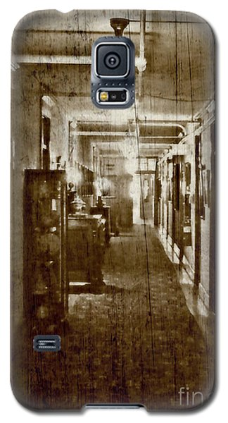 Galaxy S5 Case featuring the photograph Historic Hotel by Raymond Earley