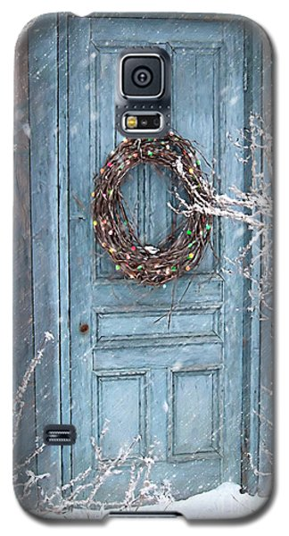 Galaxy S5 Case featuring the photograph Barn Door And Holiday Wreath/digital Painting by Sandra Cunningham