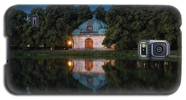 Galaxy S5 Case featuring the photograph Hubertusbrunnen by John Wadleigh