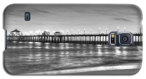 Huntington Beach Pier Twilight - Black And White Galaxy S5 Case by Jim Carrell