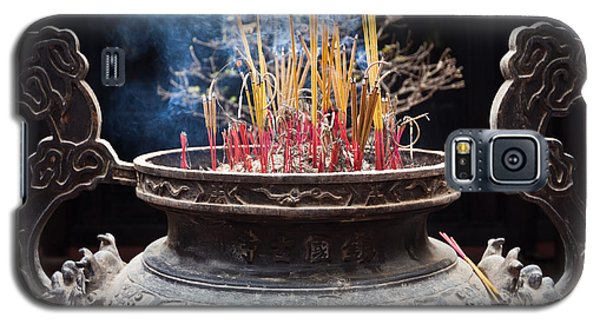 Incense Sticks Burn In Large Ceremonial Temple Urn Galaxy S5 Case