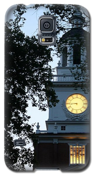 Galaxy S5 Case featuring the photograph Independence Hall At Dusk by Christopher Woods