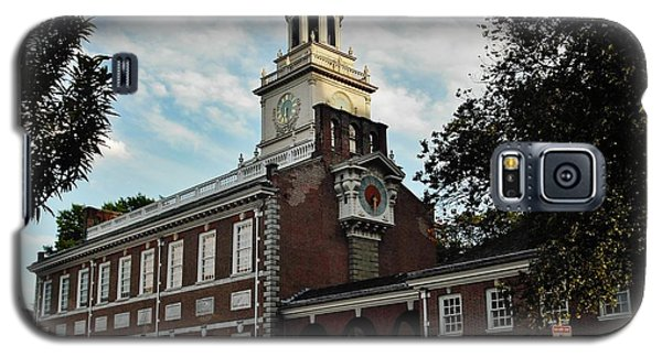 Galaxy S5 Case featuring the photograph Independence Hall by Ed Sweeney