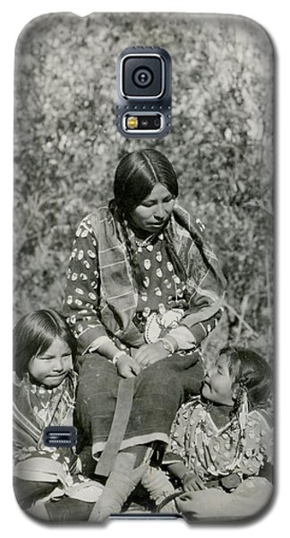 Galaxy S5 Case featuring the photograph Indian Mother With Daughters by Charles Beeler