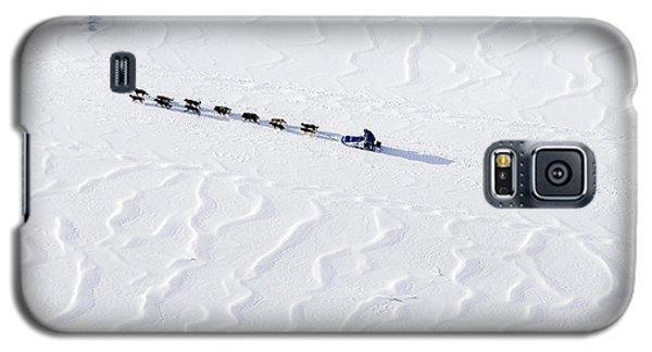 John Bakers Team Running Down Frozen Yukon River  Galaxy S5 Case by Jeff Schultz