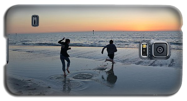 Galaxy S5 Case featuring the photograph Kids At The Beach by Robert Meanor