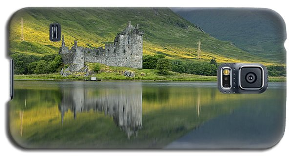 Kilchurn Castle At Sunrise Galaxy S5 Case by Stephen Taylor