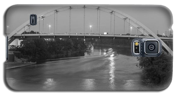 Galaxy S5 Case featuring the photograph Korean Veterans Bridge At Night by Robert Hebert