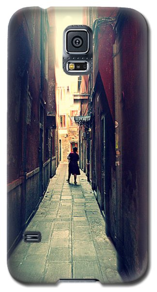 Galaxy S5 Case featuring the photograph La Cameriera  by Micki Findlay