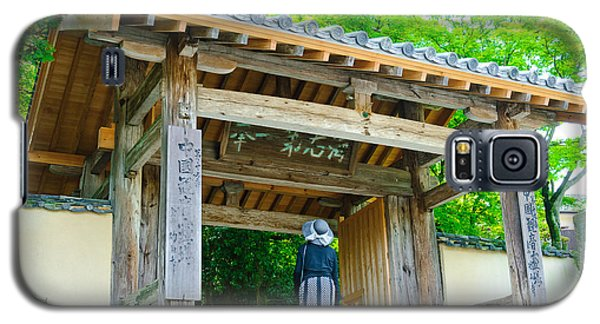 Lady Looking Up At The Impressive Woodwork Of A Japanese Temple Gate Galaxy S5 Case