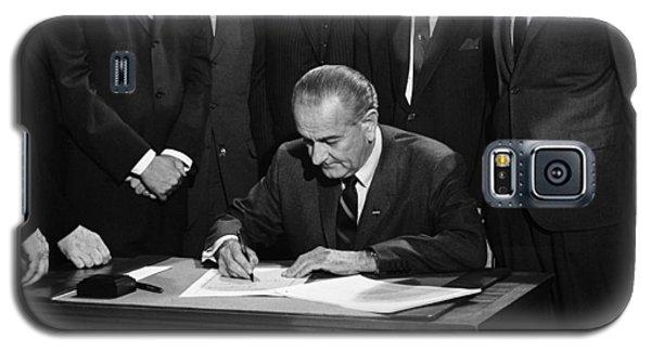 Lbj Signs Civil Rights Bill Galaxy S5 Case by Underwood Archives Warren Leffler