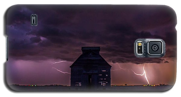 Galaxy S5 Case featuring the photograph Lightening Against The Barn by Dawn Romine