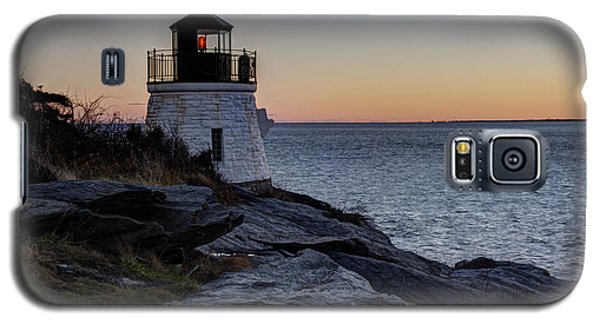 Lighthouse On The Rocks At Castle Hill Galaxy S5 Case by Andrew Pacheco