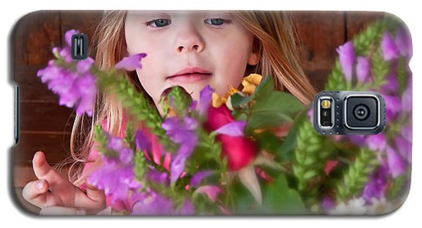Little Girl Flower Arranging Galaxy S5 Case