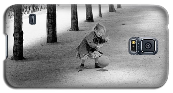 Little Girl With Ball Paris Galaxy S5 Case by Dave Beckerman