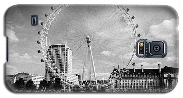 Galaxy S5 Case featuring the photograph London Eye Head-on Bw by Matt Malloy