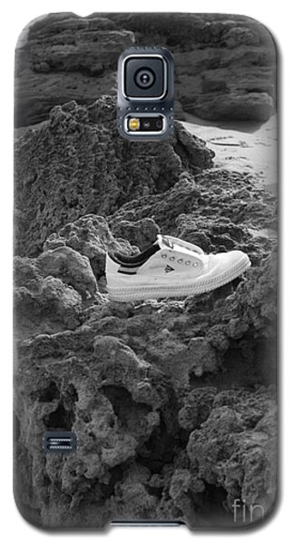 Galaxy S5 Case featuring the photograph Lost On The Beach by Amanda Holmes Tzafrir