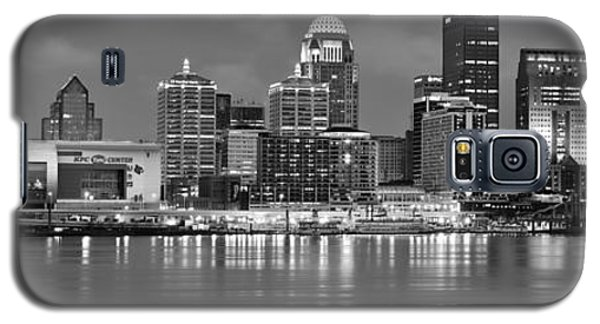 Louisville Skyline At Dusk Sunset Bw Black And White Panorama Kentucky Galaxy S5 Case by Jon Holiday