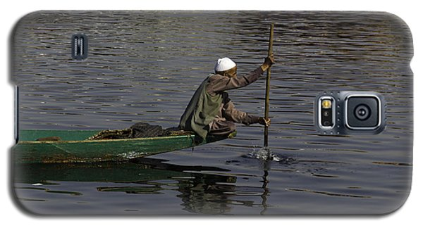 Man Plying A Wooden Boat On The Dal Lake Galaxy S5 Case