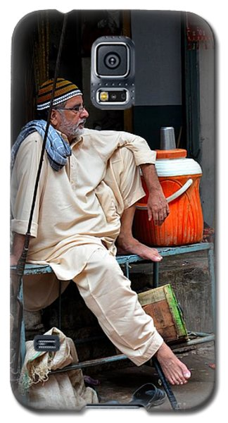 Man Sits And Relaxes In Lahore Walled City Pakistan Galaxy S5 Case