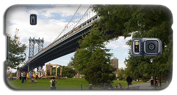 Galaxy S5 Case featuring the photograph Manhattan Bridge And Park by Jose Oquendo