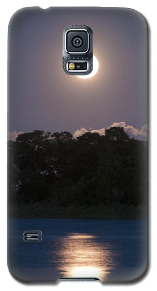 Galaxy S5 Case featuring the photograph Masonboro Moonrise by Phil Mancuso