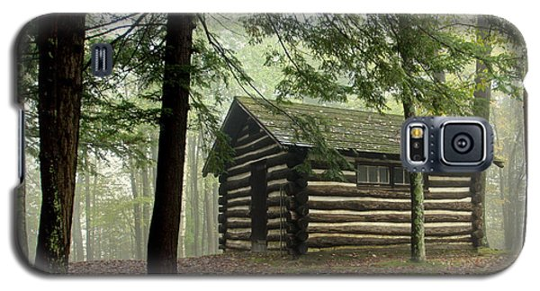 Galaxy S5 Case featuring the photograph Misty Morning Cabin by Suzanne Stout