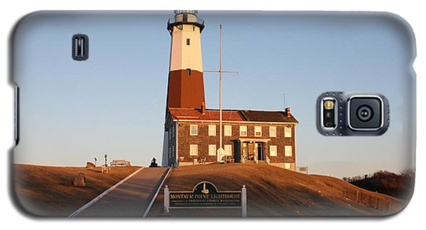 Galaxy S5 Case featuring the photograph Montauk Lighthouse Entrance by John Telfer