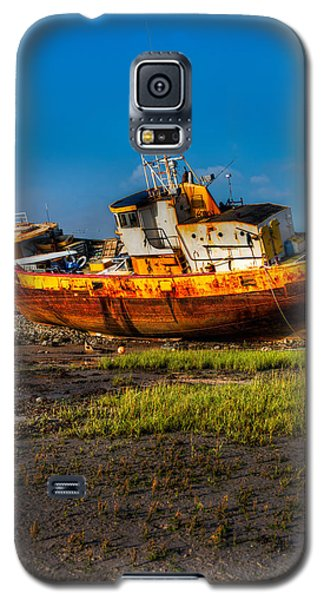 Moon Over Beached Fishing Boat In Rampside Uk Galaxy S5 Case