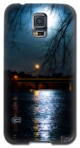 Galaxy S5 Case featuring the photograph Moon Set Lake Pleasurehouse by Angela DeFrias