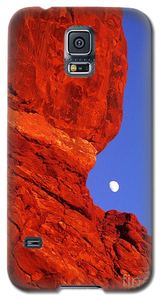 Galaxy S5 Case featuring the photograph Moonrise Balanced Rock Arches National Park Utah by Dave Welling