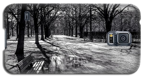 Galaxy S5 Case featuring the photograph Morning In The Hofgarten by Ross Henton