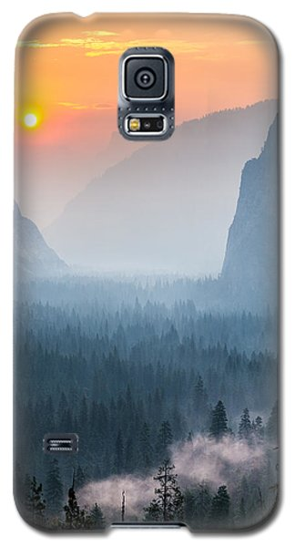 Morning Mist In The Valley Galaxy S5 Case by Mike Lee
