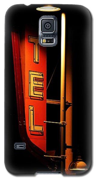 Motel Sign At Night Galaxy S5 Case by Daniel Woodrum