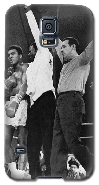 Boxing Muhammad Ali Galaxy S5 Case - Muhammad Ali And Jerry Quarry by Underwood Archives