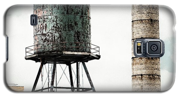 Water Tower And Smokestack In Brooklyn New York - New York Water Tower 12 Galaxy S5 Case