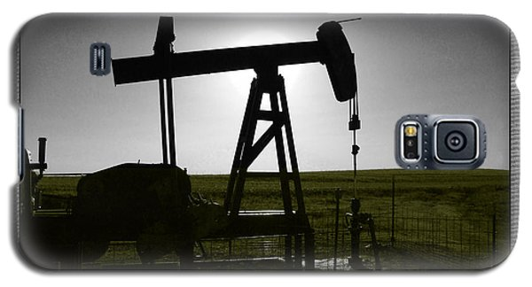 Galaxy S5 Case featuring the photograph Oil Well by Thomas Bomstad