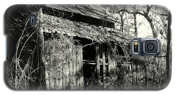 Old Barn In Black And White Galaxy S5 Case