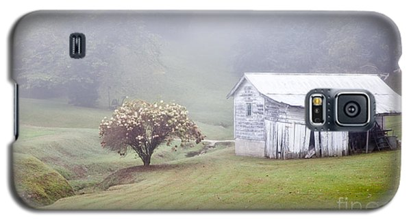Old Weathered Wooden Barn In Morning Mist Galaxy S5 Case