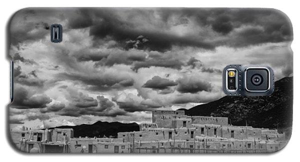 Sangre De Cristo Galaxy S5 Case - Ominous Clouds Over Taos Pueblo by Silvio Ligutti