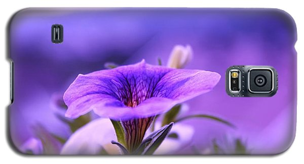 Galaxy S5 Case featuring the photograph One Evening With Million Bells by Yngve Alexandersson