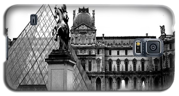 Paris Black And White Photography - Louvre Museum Pyramid Black White Architecture Landmark Galaxy S5 Case by Kathy Fornal