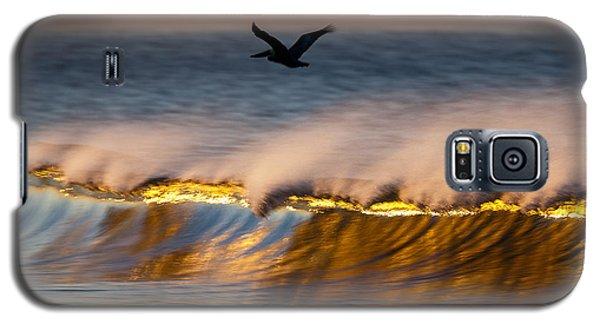 Pelican Over Wave  C6j9351 Galaxy S5 Case by David Orias