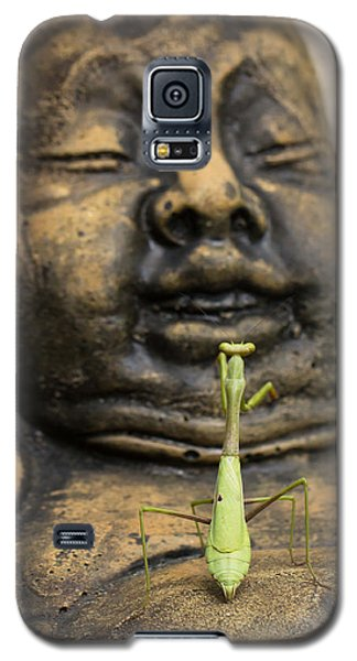 Galaxy S5 Case featuring the photograph Praying by Patricia Schaefer