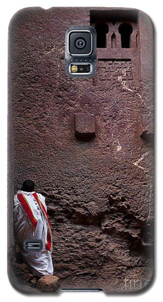 Priest Praying Outside Church In Lalibela Ethiopia Galaxy S5 Case