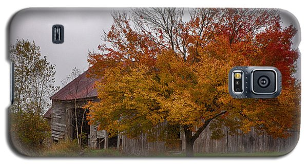 Galaxy S5 Case featuring the photograph Rainbow Of Color In Front Of Nh Barn by Jeff Folger